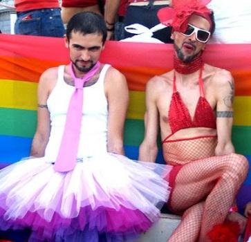 Resultado de imagen para imagenes homosexuales haciendo el ridiculo